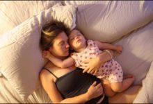 صورة مخاطر نوم الطفل مع والديه وما هي خطوات النوم الأمن